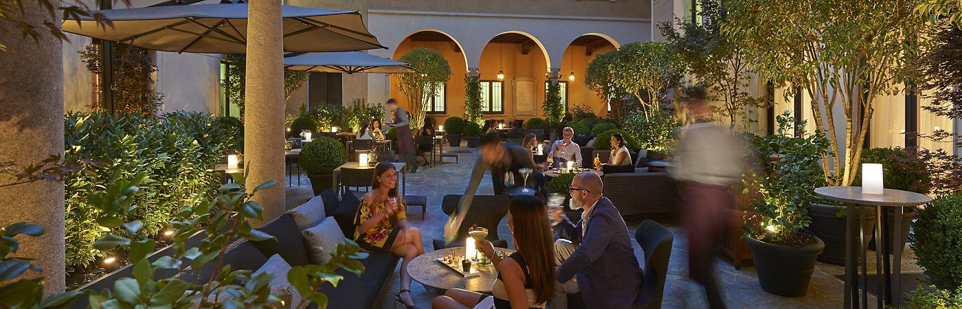 milan-fine-dining-mandarin-bar-courtyard-dusk